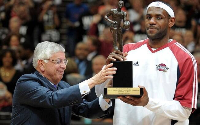 David Stern entregando prêmio a LeBron James