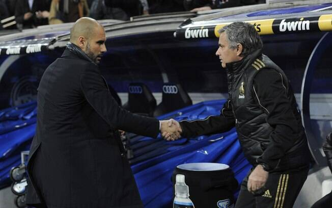 Os técnicos Pep Guardiola e José Mourinho se  cumprimentam antes da partida
