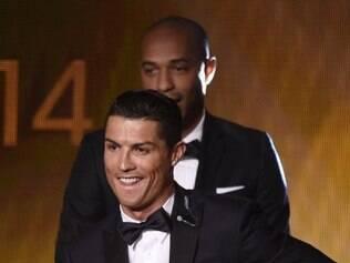Cristiano Ronaldo é escolhido o melhor jogador do mundo e recebe a Bola de Ouro da Fifa pela terceira vez