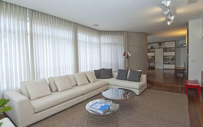 A cortina filtra a luz natural trazendo conforto visual para o ambiente.