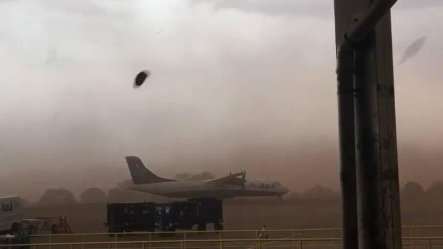 Tempestade de areia arrasta avião no aeroporto de Ribeirão Preto