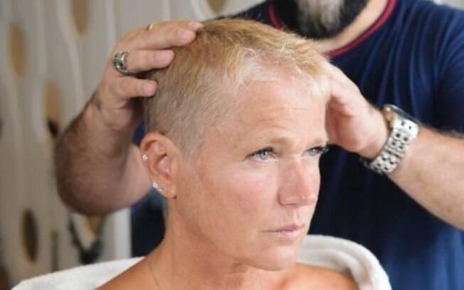 Xuxa decidiu radicalizar no visual e raspar o cabelo para estreia de 'The Four Brasil', reality show da Rede Record