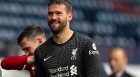 Após gol, goleiro Alisson se emociona ao falar do pai