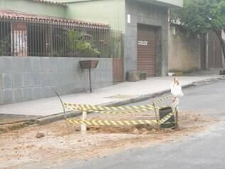 Além do desperdício, vazamento atrapalha trânsito
