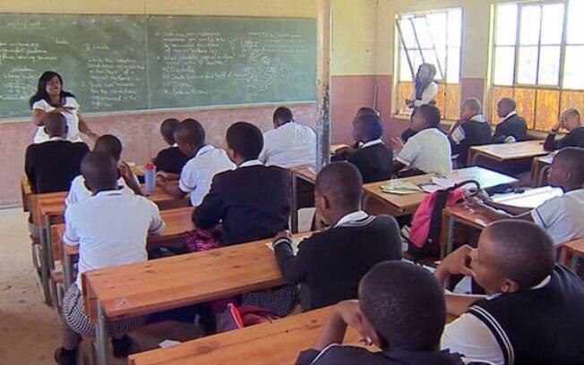 A líder comunitária Dudu Zwane, de 58 anos, fala com estudantes