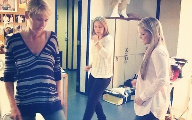 Xuxa e as ex-paquitas Andrezza e Caren relembram coreografias dos anos 1990