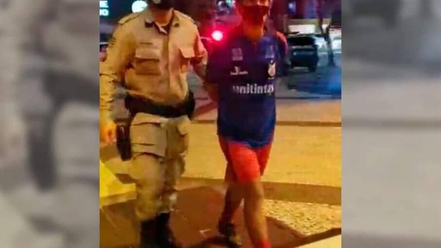 Professor preso em Goiania por ter faixa contra Bolsonaro em seu carro