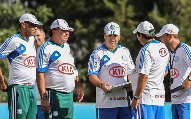 Gilson Kleina conversa com os demais  integrantes da comissão técnico do Palmeiras nesta  sexta (16)