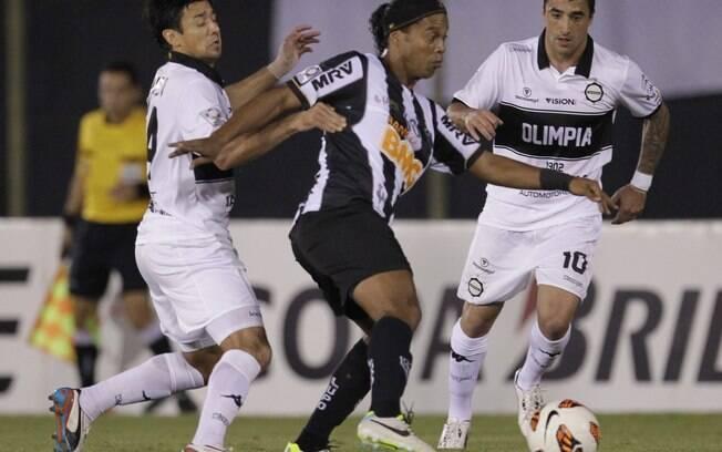 Ronaldinho sofre marcação dupla do Olimpia no  Defensores del Chaco