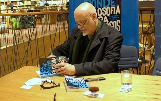 O filósofo é autor de 16 publicações livros e ainda leciona em duas universidades de São Paulo