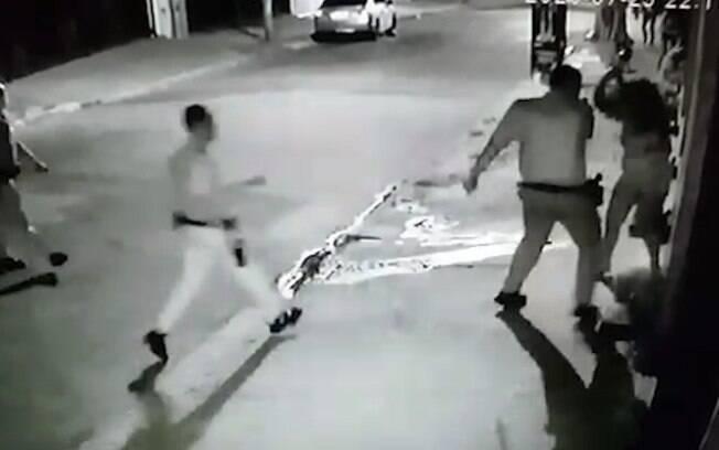Imagens mostram ação violenta dos policiais em pessoas que estavam na rua.