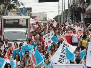 Cerca de 2.000 servidores da Saúde e da Educação protestaram ontem na cidade