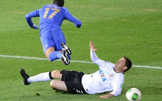 Chicão consegue cortar a bola e evita chute  de Hazard
