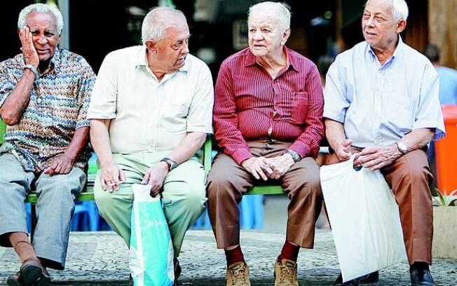 Para controlar contas públicas, governo também estuda aumentar idade para aposentadoria