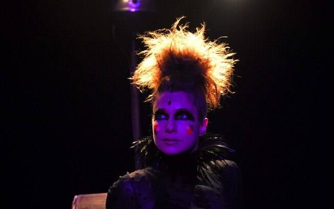 Nos palcos, Letícia interpreta Peggy Guggenheim, dona de uma galeria de arte decadente, que anseia por algo novo no mundo das artes