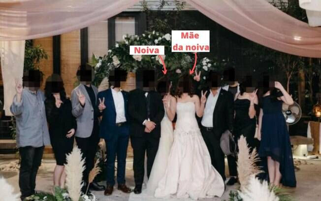 foto do casamento com a mãe, a noiva e convidados