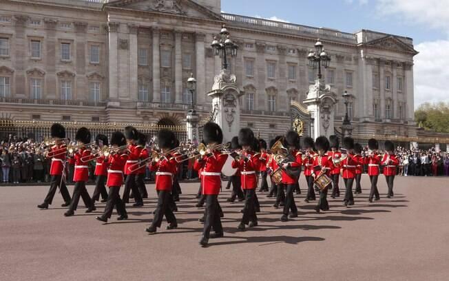 Troca da guarda em frente ao Palácio de Buckingham atrai turistas em Londres