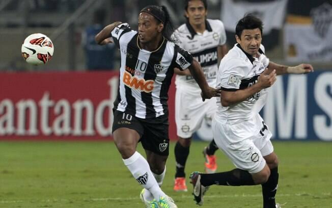 Ronaldinho se livra da marcação de Aranda na  final da Libertadores