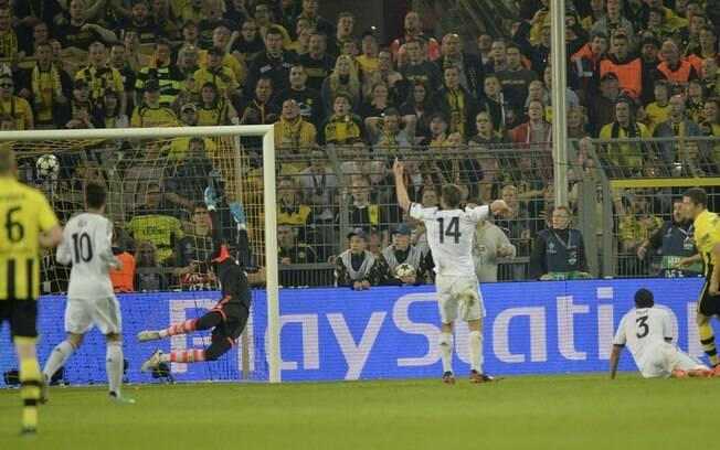 Diego López se estica, mas não consegue  evitar terceiro gol de Lewandowski na partida