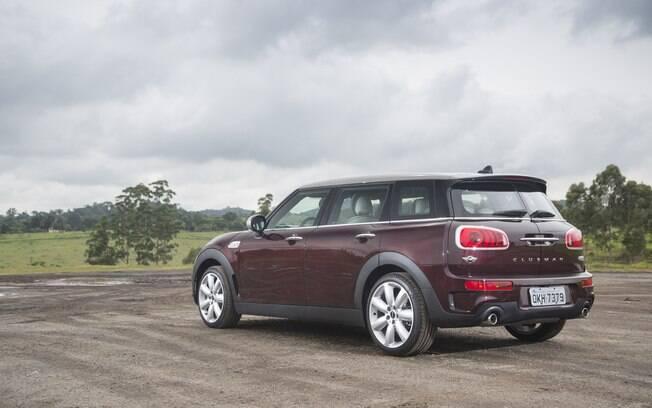 Modelo familiar, o Mini Cooper S Clubman mistura o hatchback com uma perua para ter mais espaço.