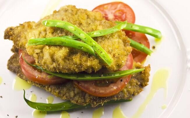 Foto da receita Escalope de filé à milanesa com tomates e vagens pronta.