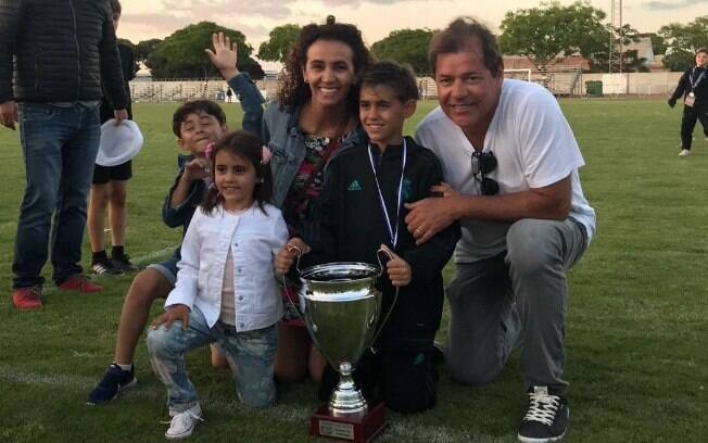 Miguel Coppede, jovem brasileiro que atua nas categorias de base do Real Madrid, com a família