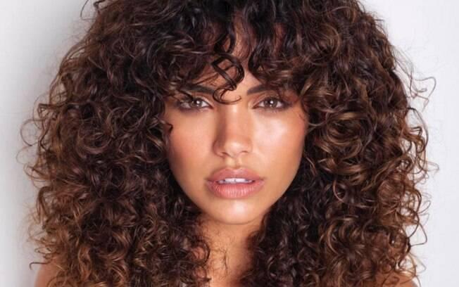 A transição capilar consiste em tirar toda a química do cabelo para recuperar os fios naturais