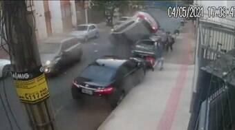 """Carro """"voa"""", capota e causa correria entre pedestres em BH"""