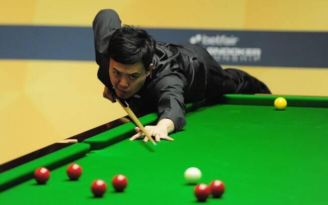 Marco Fu em ação contra Mathew Steven durante  o Betfair World Snooker, campeonato de sinuca na  Inglaterra