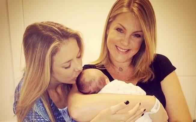 Ticiane Pinheiro visita bebê de Ana Hickmann