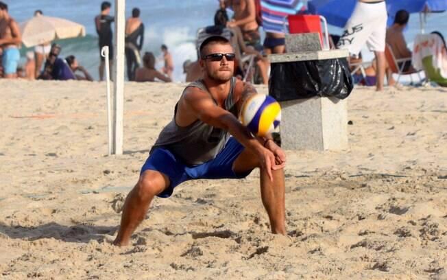 Rodrigo Hilbert joga vôlei com amigos