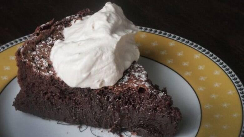 Faça uma cremosa torta de chocolate com cobertura de chantili