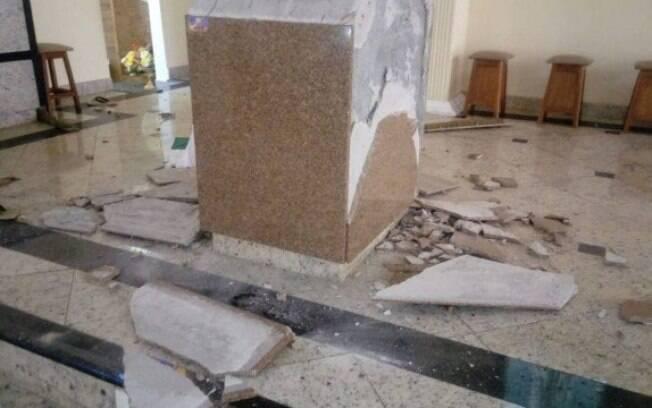 Imagens mostram o estado em que ficou o altar após o ataque realizado por Leandro Alves