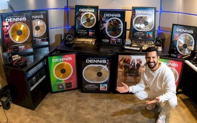 Dennis é surpreendido com discos de ouro, platina e diamante