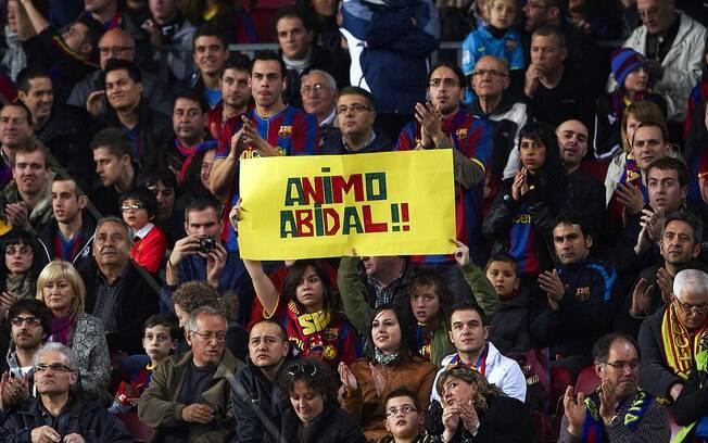 Torcida incentiva Abidal na luta contra o  câncer em jogo pelo Espanhol, em 2011