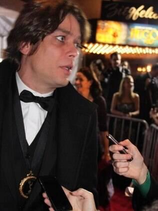 Fábio Assunção fala com os jornalistas no tapete vermelho do Emmy Awards