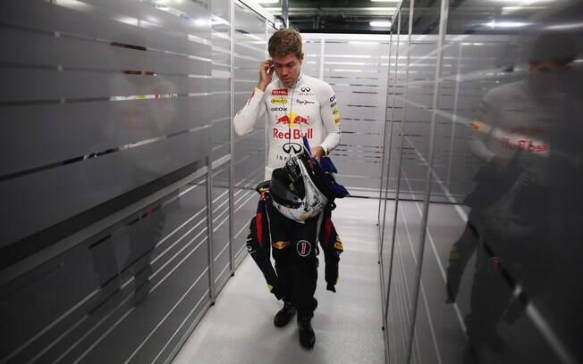 Vettel caminha pelos boxes. Ele liderou o  primeiro treino e repetiu o desempenho no segundo