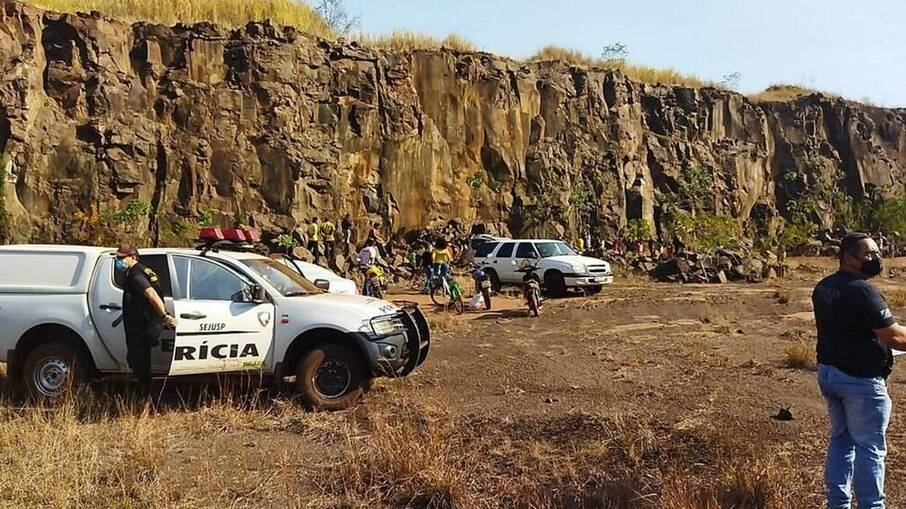 As equipes da polícia no local onde o corpo de Raissa foi encontrado