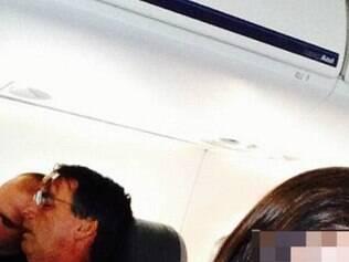 Jair Bolsonaro dorme no ombro de assessor