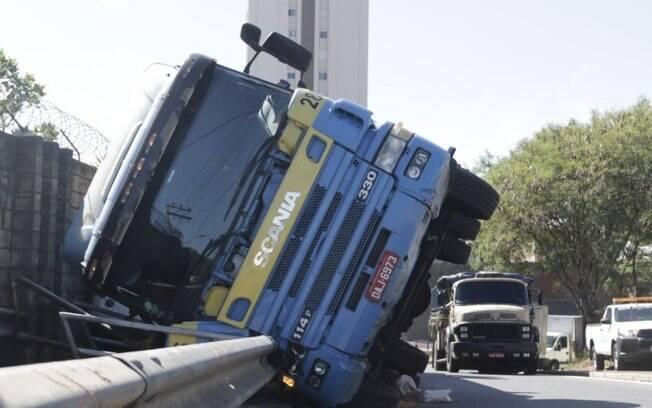Caminhão com carga de pneu tomba na Anhanguera, em Campinas
