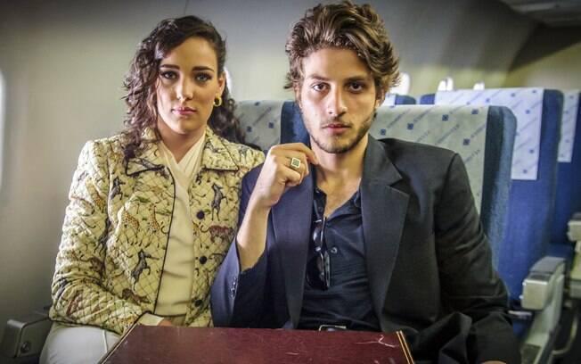 Adriana Birolli e Chay Suede como Maria Marta e José Alfredo jovens
