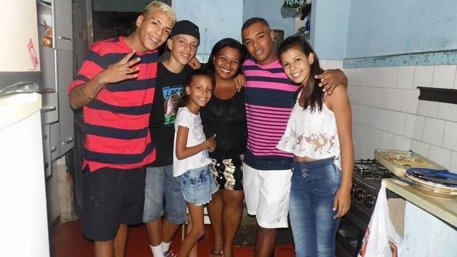 Mãe de MC Kevin, Valquíria Nascimento, posta foto com os filhos em que funkeiro aparece
