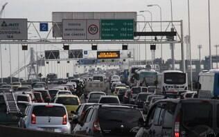 Motorista enfrenta lentidão na saída de São Paulo para o feriado prolongado - São Paulo - iG