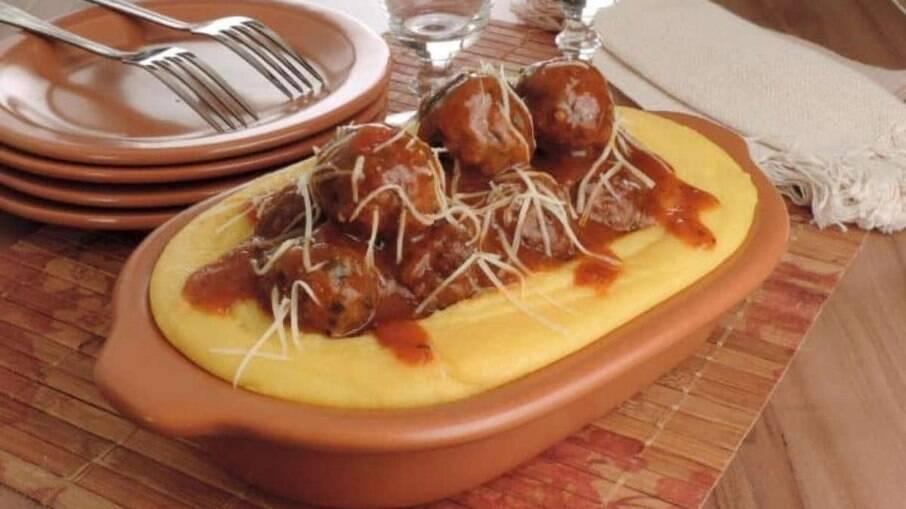 Receita deliciosa de polenta com polpetones