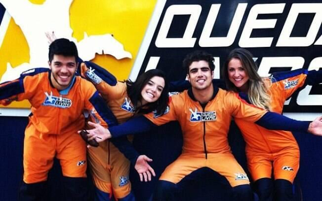 Giovanna Lancelotti e Caio Castro foram mais ousados neste domingo: saltaram de paraquedas