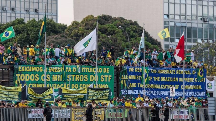 Faixa em Brasília pede a destituição dos ministros do STF