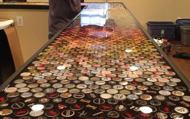 Após posicionar as tampinhas, foram necessárias cinco camadas de resina sobre elas para finalizar o tampo