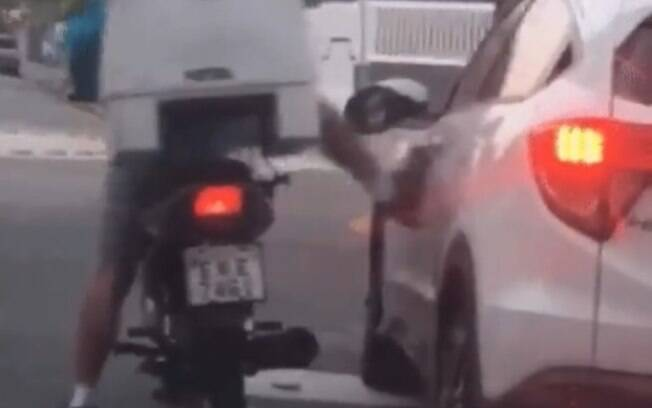 Imagens foram registrada por motorista que vinha logo atrás do carro da vítima atacada