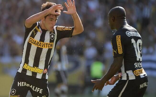 7ea2ea509 Lodeiro é cumprimentado por Seedorf após marcar gol do Botafogo sobre o  Criciúma. Foto