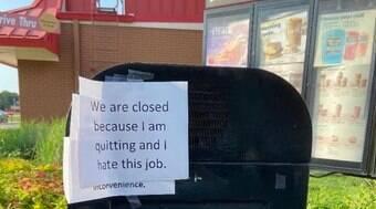 Funcionário se demite e deixa recado furioso no drive-thru